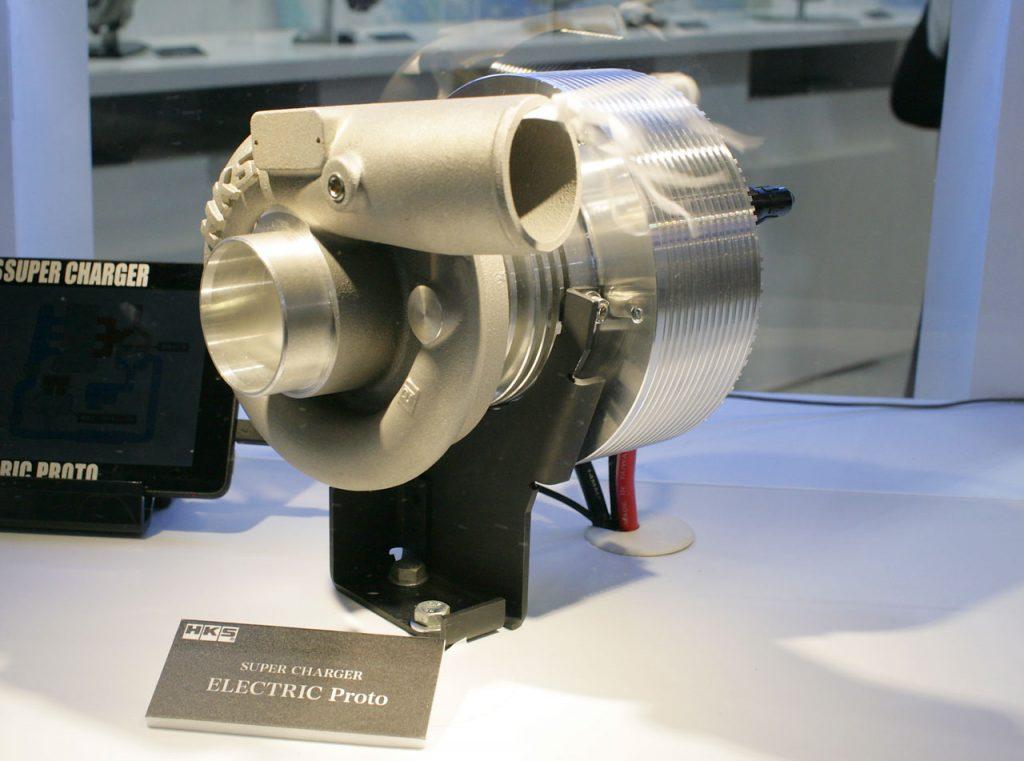 HKSの電動スーパーチャージャーが初公開。ツインチャージでラグを減らす!