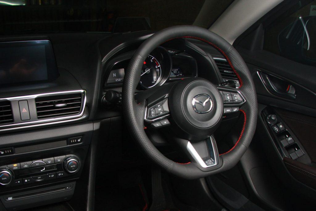 オートエグゼから新型デミオ/CX-3/アクセラ用スポーツステアリングホイール登場