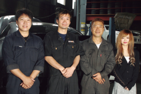 GARAGE RISE UP:お店のスタッフは右からフロント土居夕美さん、メカニック田中義章さん、工藤丈輔代表、メカニック野澤誠人さん